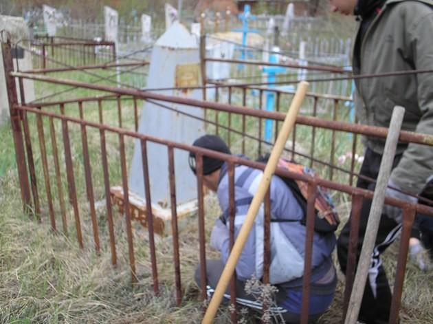 """В рамках проведения акции """"Красная звезда"""" члены  РОДО нашей школы привели в порядок несколько заброшенных могилок."""