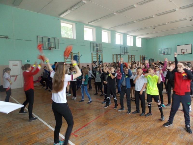 Танцевальный флэш-моб отряда ЮИД «Перекресток» — «Будь ярким! Стань заметным!»